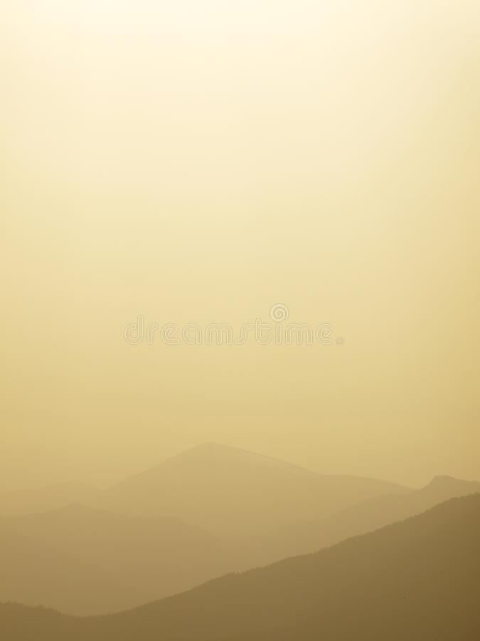 Dimmig morgon för bakgrund på berghorisonten Dimmiga försiktiga konturer av forested kullar i avståndet efter regn fotografering för bildbyråer