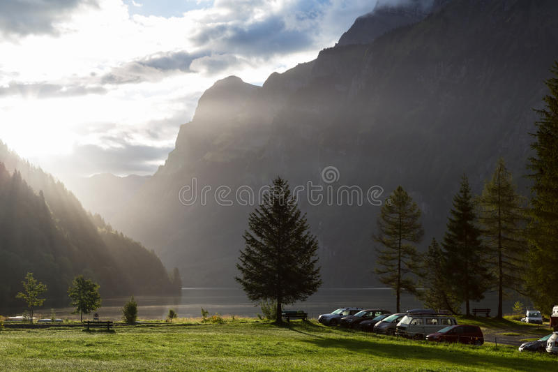 Dimmig morgon, i att campa på kusten av sjön schweiziska alps fotografering för bildbyråer