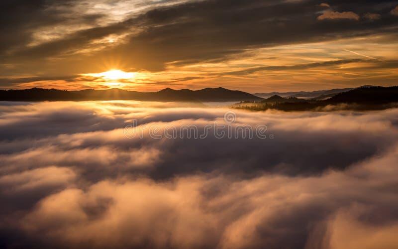 Dimmig morgon i Bucovina på soluppgång i hösttid, rumänskt landskap royaltyfria bilder