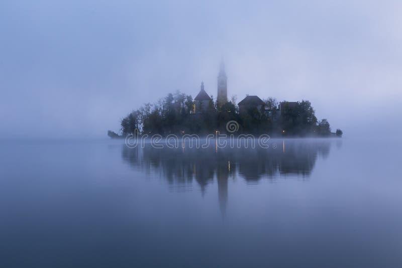 Dimmig morgon i den blödde sjön royaltyfria foton