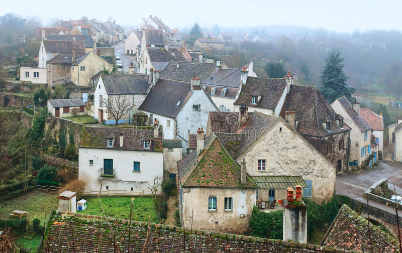 Dimmig morgon i Semur-en-Auxois arkivbilder