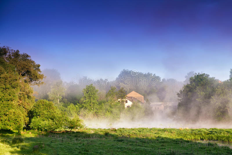 Dimmig morgon på floden Dimmigt flodlandskap arkivbild