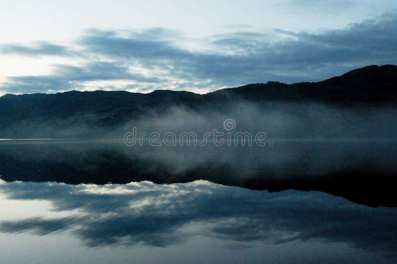 Dimmig morgon på Loch Ness sjön fotografering för bildbyråer
