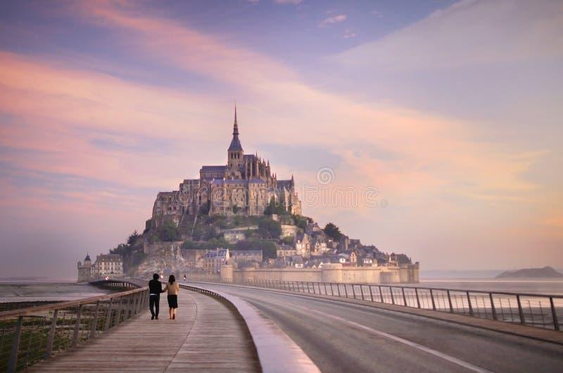 Dimmig morgon på Mont Saint Michel royaltyfri fotografi