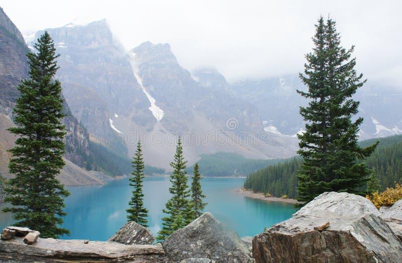 Dimmig morgon på morän sjön, Alberta arkivbild