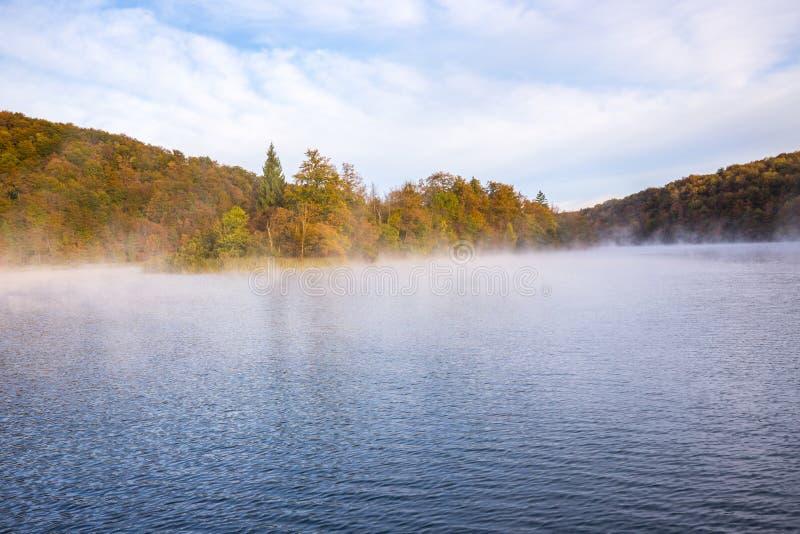 Dimmig morgon på Plitvice sjöar royaltyfria bilder