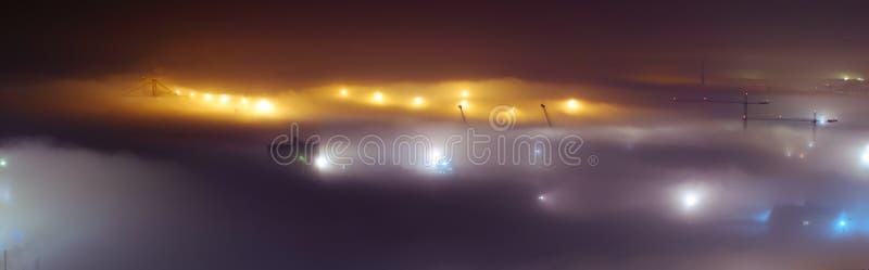 Dimmig nattsikt i Malaga stadsport med kranen arkivfoto
