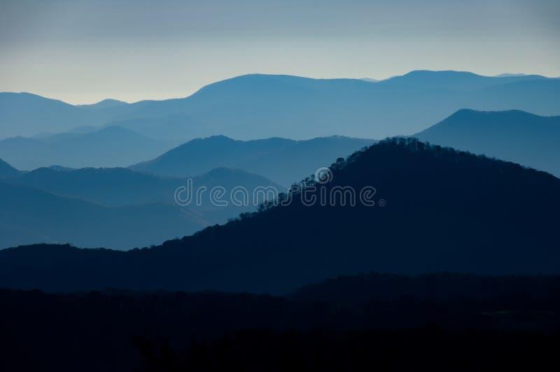 Dimmig sikt av den blåa Ridge Mountain Range från Cullowhee, Nort arkivfoton