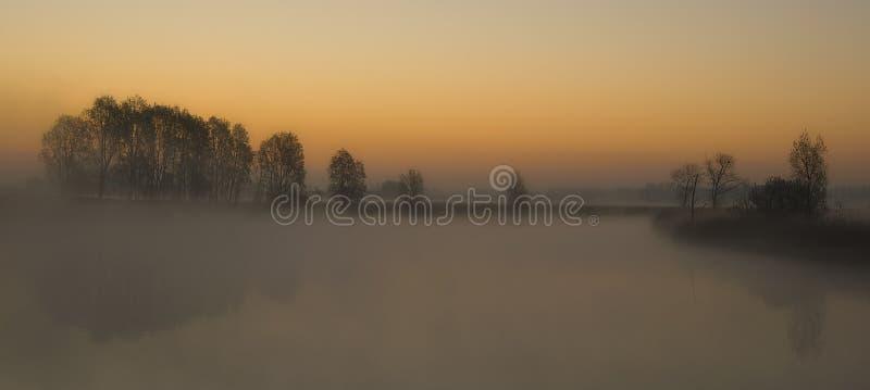 Dimmig sjö arkivbild