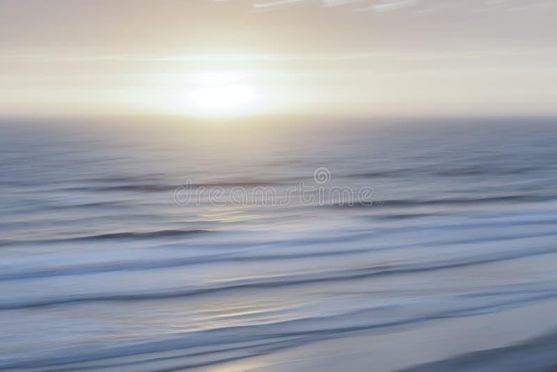 Dimmig soluppgång över Atlanten royaltyfri foto