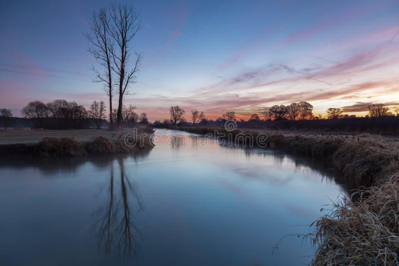 Dimmig soluppgång i nedgång fotografering för bildbyråer