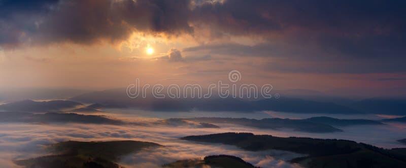 Dimmig soluppgång i panorama för Carpathian berg royaltyfri fotografi