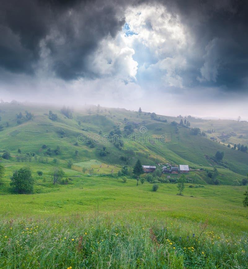 Dimmig sommarmornnig i bergby arkivbilder