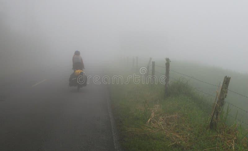 dimmig väg för cyklist royaltyfria bilder