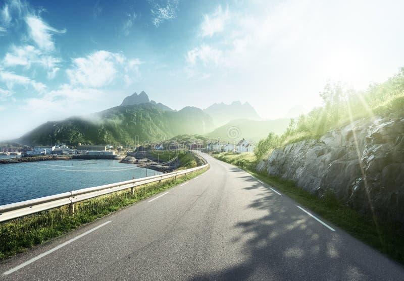 Dimmig väg vid havet, Lofoten ö royaltyfria foton