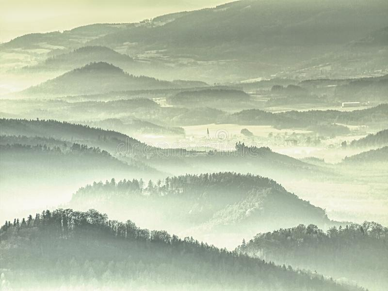 Dimmiga kullekanter Blåa gröna kullar med mjuka översikter, skog, royaltyfri fotografi
