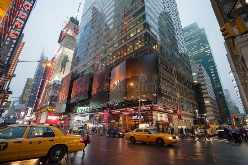 Dimmiga Manhattan - kvadrerar närliggande tider för natttrafik, New York, midtownen, Manhattan New York förenar tillstånd arkivbild