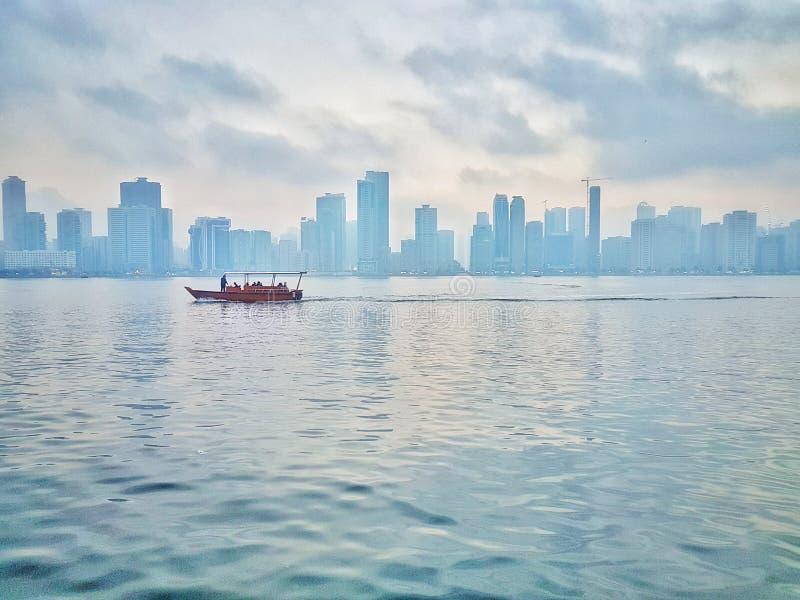 Dimmiga morgnar Sköt på: Samsung galax s7edge Läge: Sharjah UAE fotografering för bildbyråer