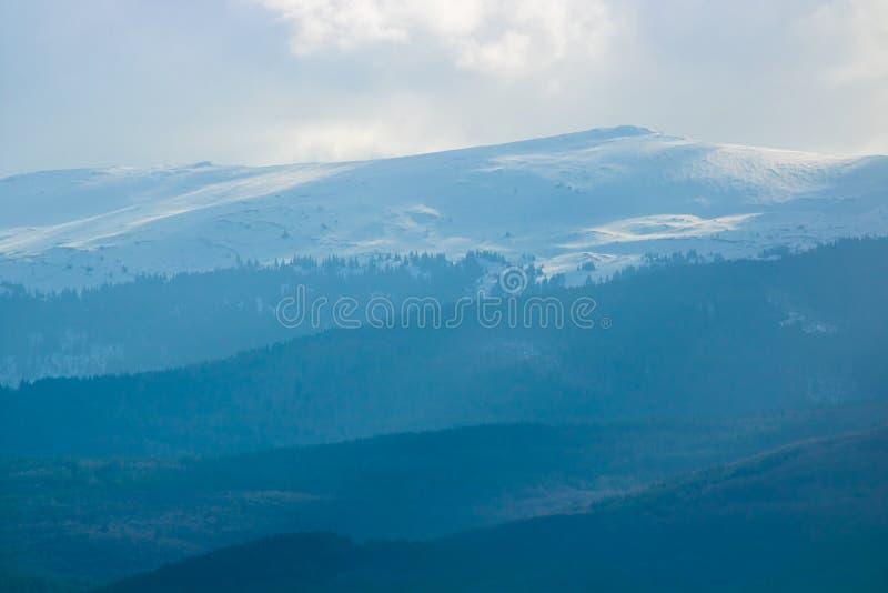 dimmigt berg arkivbild