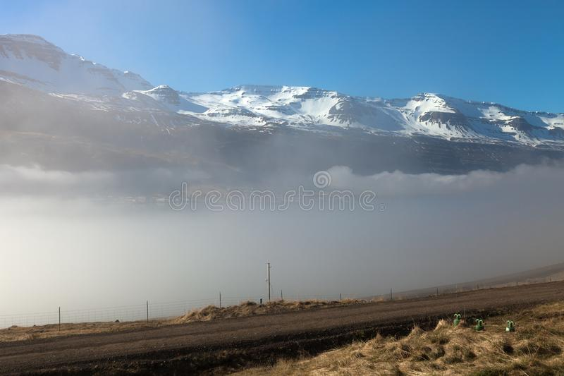 Dimmigt landskap av fjordarna av Island arkivbild