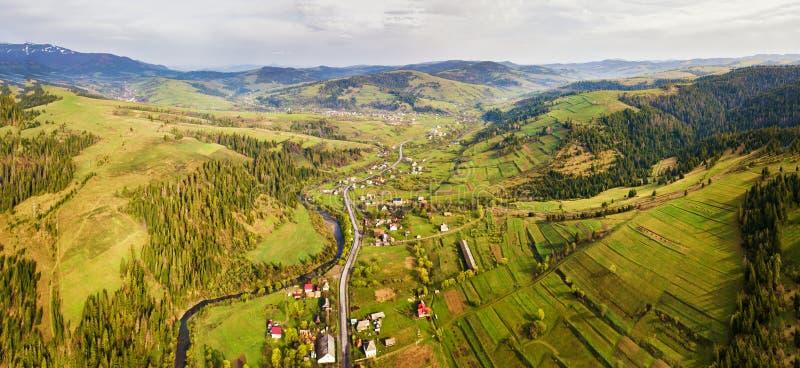 Dimmigt landskap f?r lantlig v?r Flyg- panorama av den Carpathian dalen royaltyfri fotografi