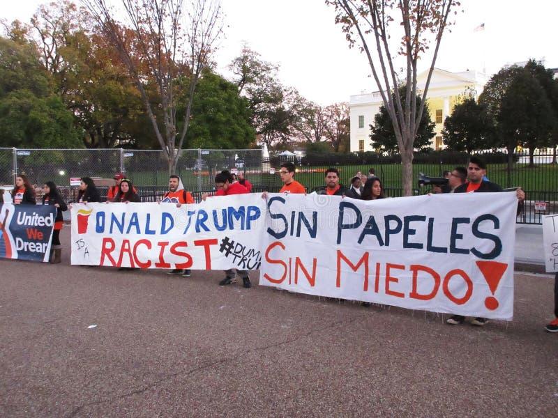 Dimostranti del latino che sopportano le insegne fotografia stock libera da diritti