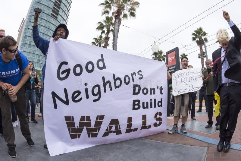 Dimostranti di Anti-Trump contro la parete fotografia stock libera da diritti
