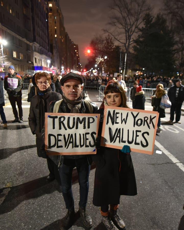 Dimostranti di inaugurazione di Trump a Columbus Circle in NYC fotografia stock