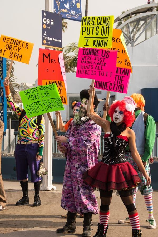 Dimostranti divertenti vicino a Santa Monica Pier fotografia stock