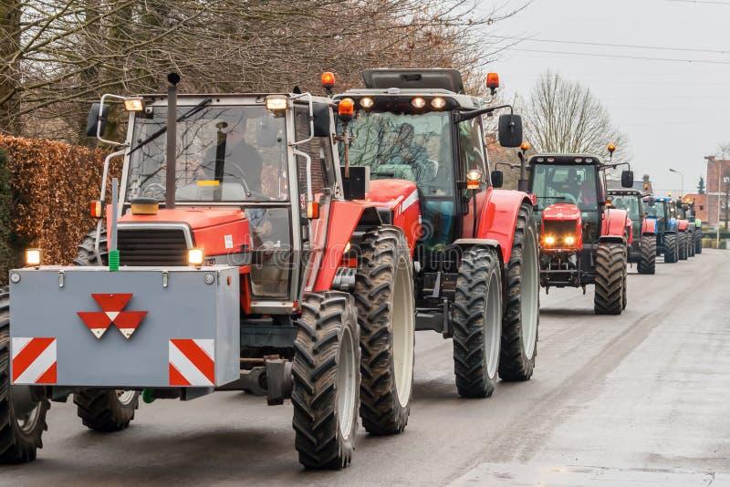 Dimostrazione dagli agricoltori arrabbiati con le file dei trattori fotografie stock