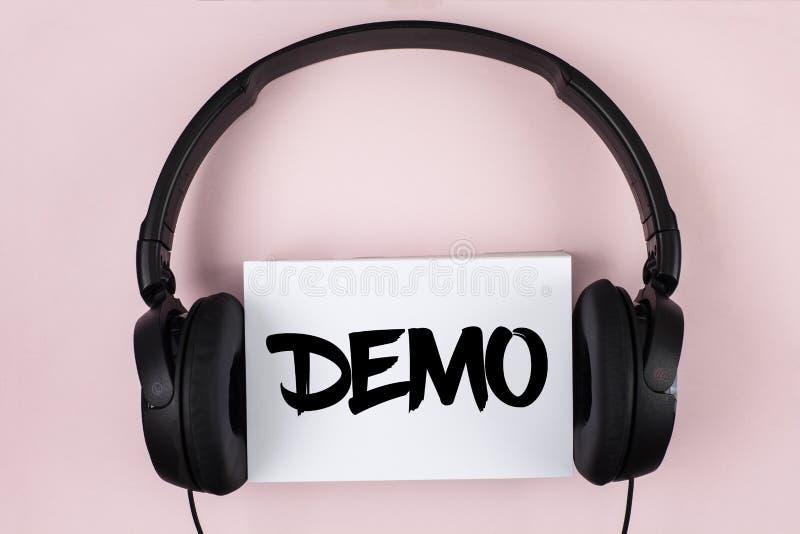 Dimostrazione del testo della scrittura La dimostrazione di significato di concetto dei prodotti dalle aziende di software è visu immagine stock libera da diritti
