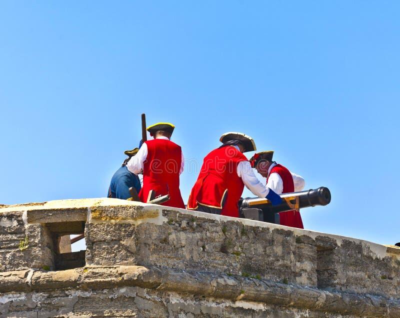Dimostrazione storica dell'arma in Castillo de San Marcos a St Augustine immagine stock