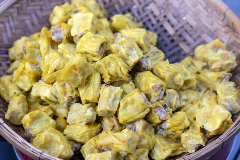 Dimsum cotto a vapore in bambù al mercato dell'alimento della via in Tailandia Dim sum un piatto cinese di piccoli gnocchi sapori immagine stock
