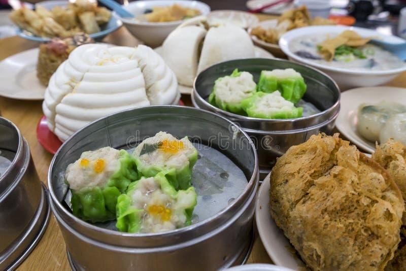 Dimsum en Witte gestoomde varkensvleesbroodjes, Varkensvleesbollen, Tarorookwolk stock foto