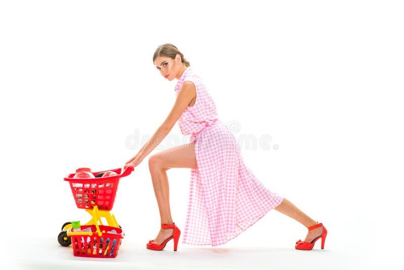 Din beställning är klar tappningkvinnan går att shoppa i galleria med produkter Shopping är hennes passion Kontrollera shoppingli arkivbild