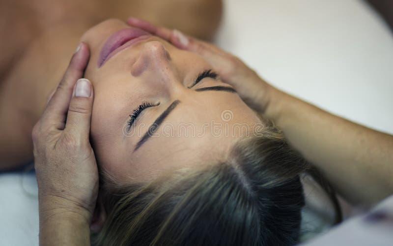Din framsida förtjänar massage arkivbild