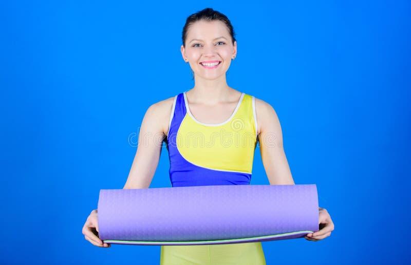 din j?mviktslivstid Yogagruppbegrepp Yoga som hobby och sport ?vande yoga varje dag Slank f?rdig idrottsman nenh?ll f?r flicka arkivfoton