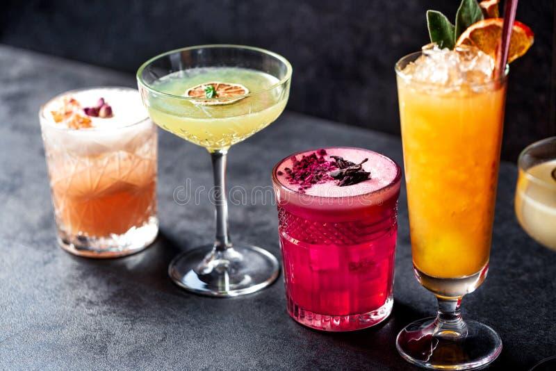 Dina smakliga kulöra coctailvänner som väntar på dig att dricka dem arkivbild