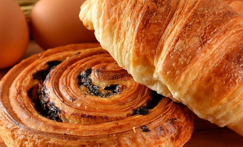 Dinamarquês do pão fresco e trigo do croissant no de madeira foto de stock
