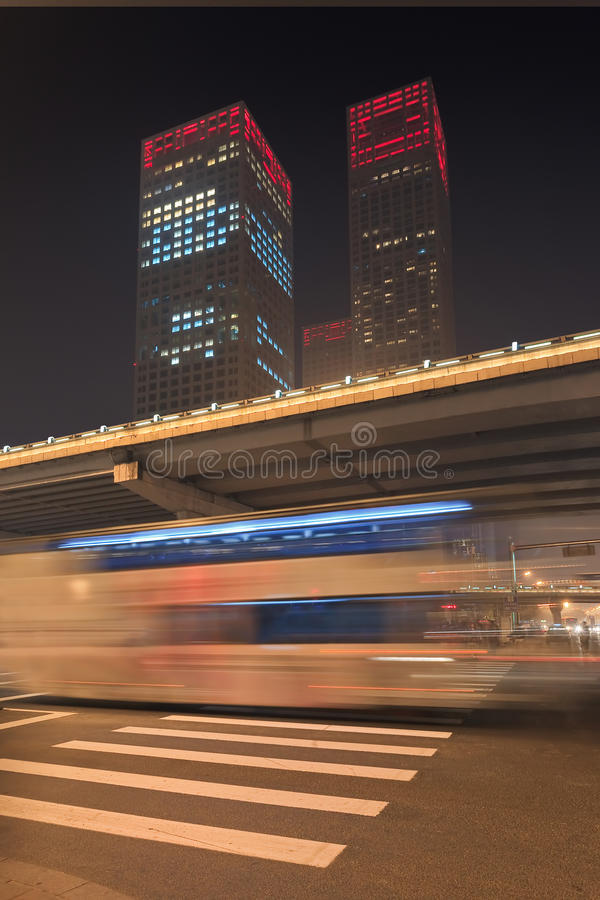 Dinamismo urbano da noite no Pequim do centro, China imagens de stock