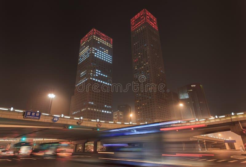 Dinamismo urbano de la noche en Pekín céntrica, China imagen de archivo