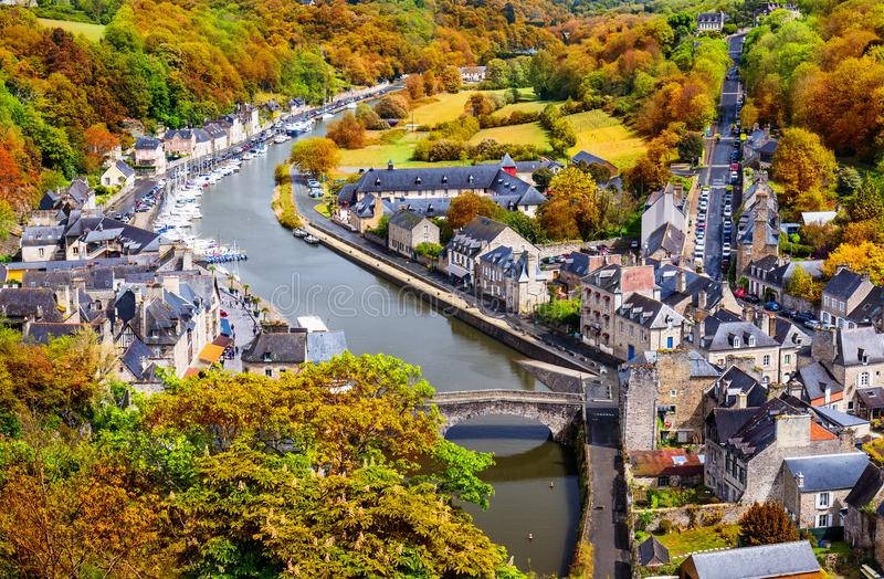 Dinan古镇的鸟瞰图有兰斯河的与 免版税库存图片