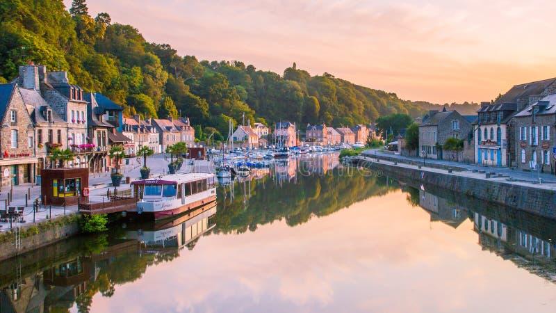 Dinan Marina che riflette nel fiume rance a Sunrise in Bretagne, Cotes d'Armor, Francia fotografie stock libere da diritti