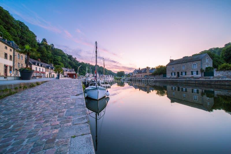 Dinan Stone House e Marina che riflettono nel fiume Rance all'alba di Bretagne, Cotes d'Armor, Francia immagine stock