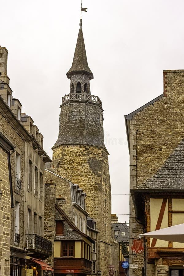 Dinan-straat met oude architectuur en kloktoren van oude kerk in Dinan, Frankrijk stock foto's