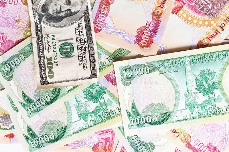 Dinar iraquí y cientos dólares foto de archivo