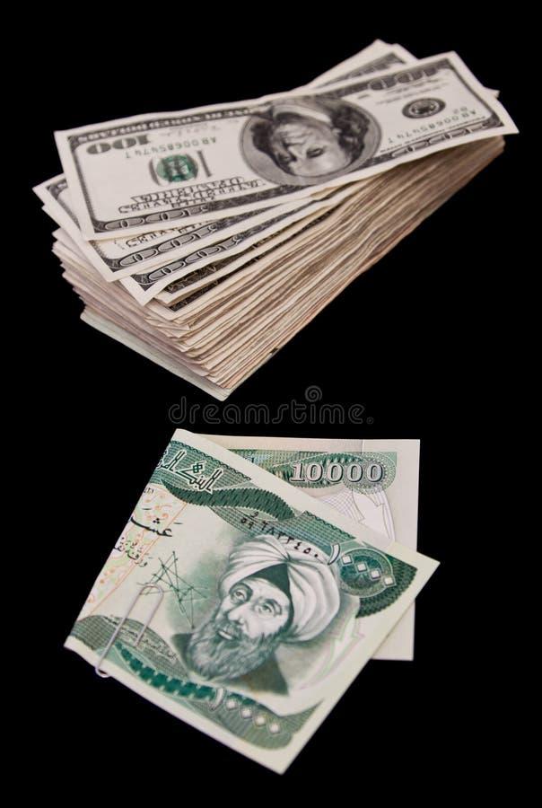 Dinar iraquí y millares de dólares imagen de archivo