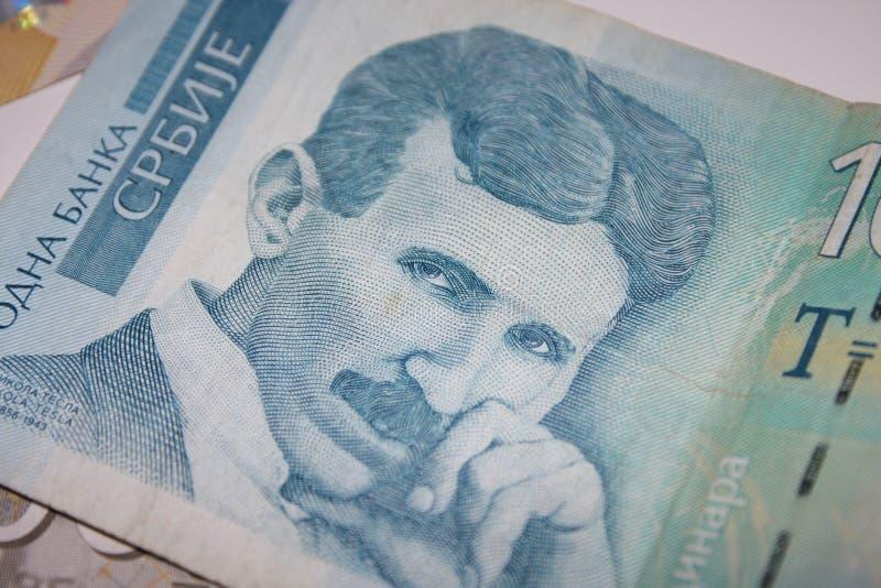 Dinars serbes de RSD et pile de diverses factures photos libres de droits