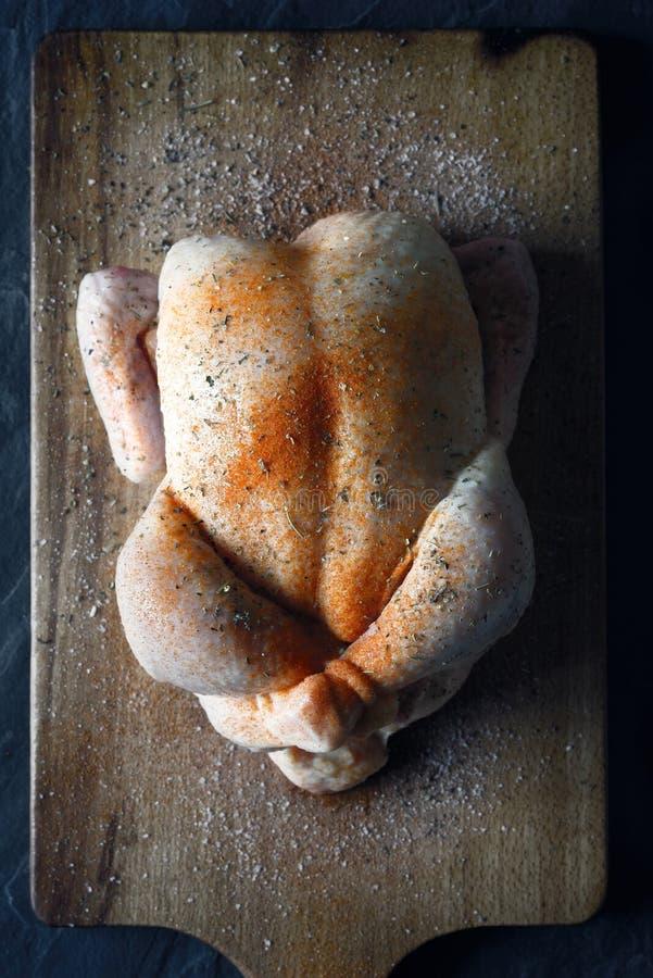 Dinde crue de jour de thanksgiving avec des épices sur la vue supérieure de conseil en bois photos stock