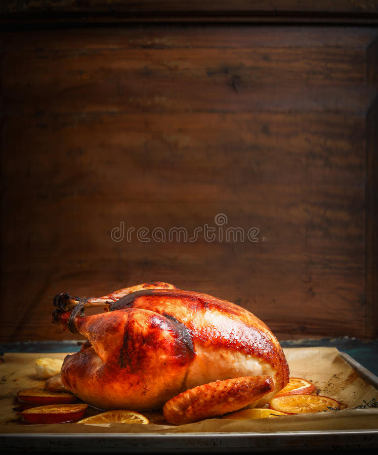Dinde ou poulet rôtie savoureuse au-dessus de fond en bois images stock
